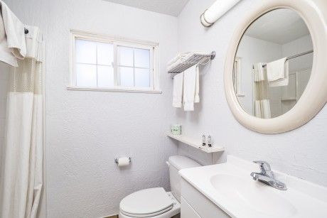 Stage Stop Inn - Guest Bathroom